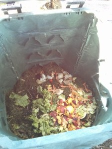 Sfalci d'erba con bucce di frutta e scarti di ortaggi